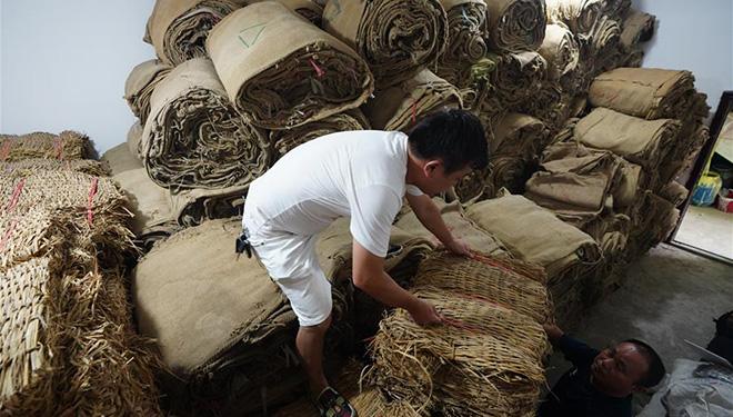 Schutzmaßnahmen gegen Hochwasser in Gemeinde Yangzizhou aufgrund von Tagen mit strömendem Regen intensiviert
