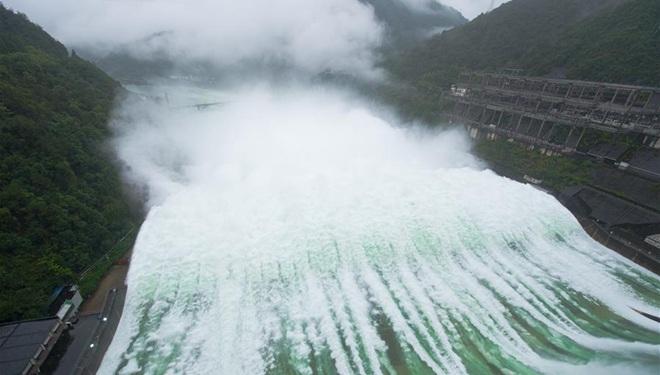 Großer Stausee öffnet zum ersten Mal seit 9 Jahren wieder Überläufe, um Überschwemmungen abzuleiten