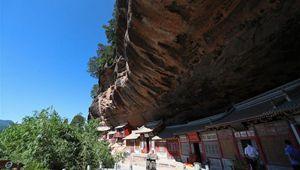 Ansicht der Xianrenya im Landeschaftsgebiet Maiji-Gebirge in Norwestchinas Gansu