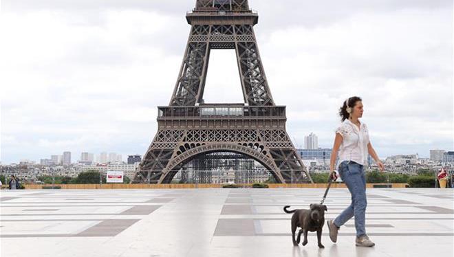 Bewohner mit Gesichtsmasken gehen am Trocadero-Palast in Paris