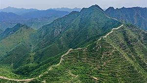 Ansicht des Abschnitts Hongyukou der Großen Mauer in Qian'an von Chinas Hebei