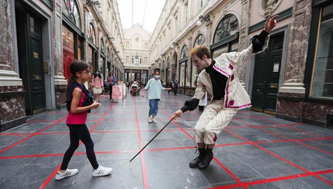 Künstler spielen in Brüssel Rasterspiel, um auf soziale Distanzierung aufmerksam zu machen