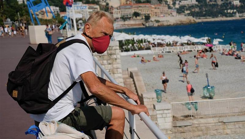 Menschen amüsieren sich am Meer in Nizza