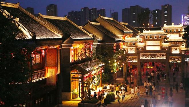 Menschen genießen Abendtour durch antike Stadt Jimo in Qingdao