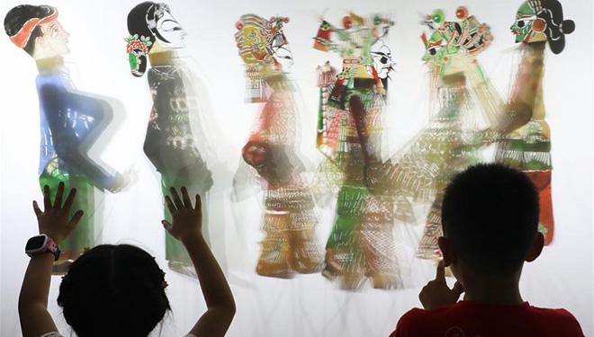 Schattenspiel während eines Workshops in Tangshan aufgeführt