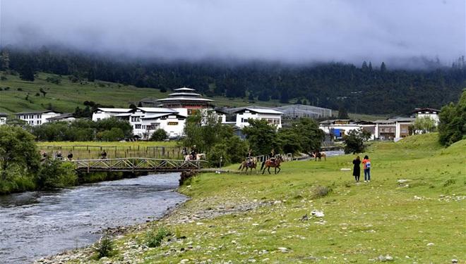 Touristen genießen ihre Freizeit in tibetischer Gemeinde Lunang