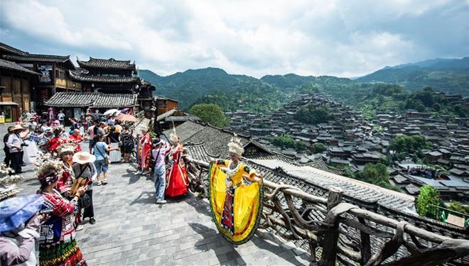 Das Dorf Xijiang-Qianhu der Gruppe Miao fördert Entwicklung der Miao-Kultur und zieht viele Touristen an