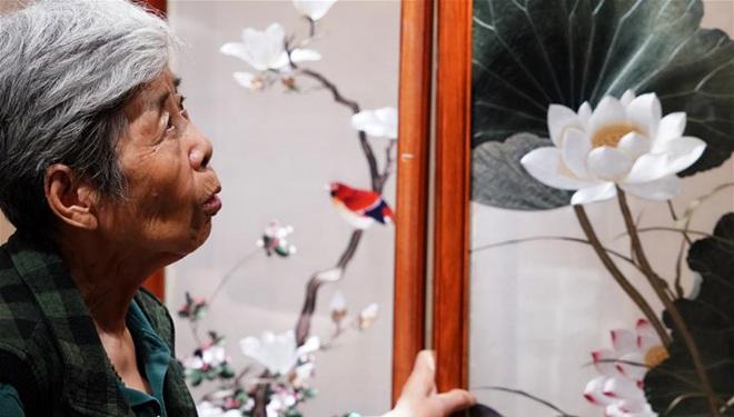 Bildgeschichte einer Erbin des immateriellen Kulturerbes der Bian-Stickerei in Henan