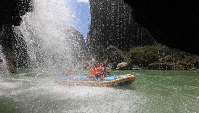 Touristen spielen Driften im Sommer