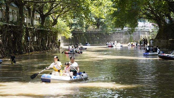Touristen genießen ihre Freizeit am Zhuxi-Fluss in Chongqing