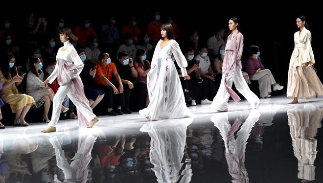Models präsentieren Kreationen während der China Henan Graduate Fashion Week