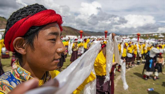 Immaterielles Erbe: Menschen führen traditionellen Xianzi-Tanz in Tibet auf