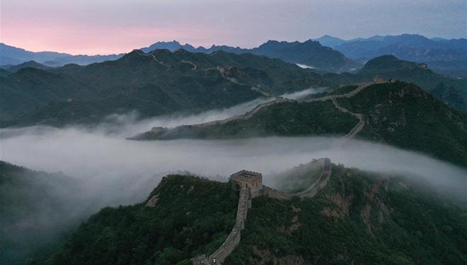 Chinesische Mauer von Jinshanling in Morgennebel gehüllt