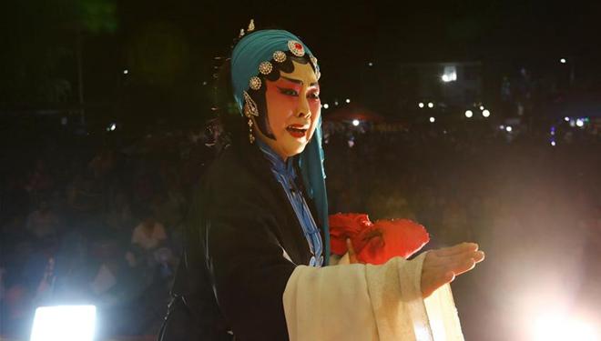 Lokale Yu-Oper-Truppe in Anhui tritt in Dörfern auf