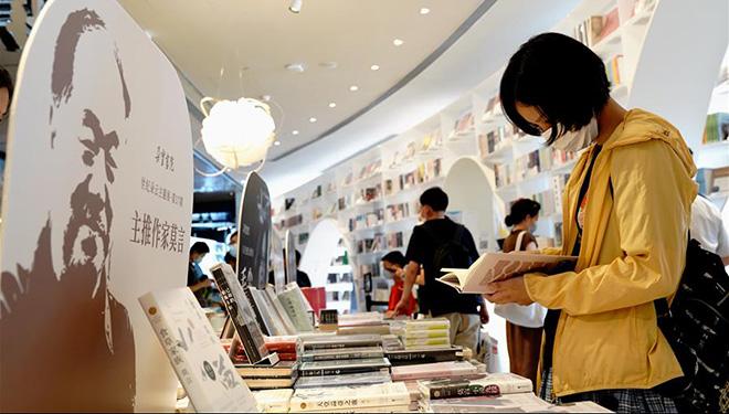 Buchhandlung Duoyun in Shanghai zieht viele Menschen an, um zu lesen und Panoramablick auf die Stadt zu genießen