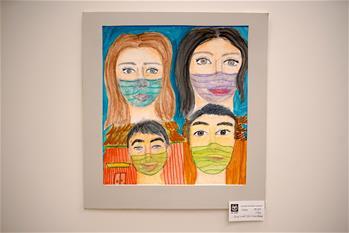 Eine Ausstellung mit Kunstwerken von Schülern aus verschiedenen Ländern in Prag abgehalten