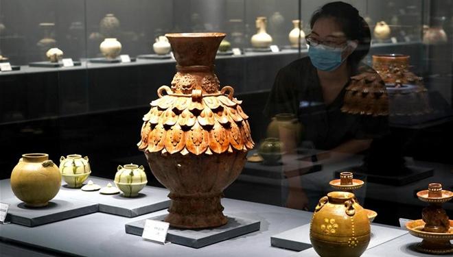 Keramikausstellung mit Exponaten entlang des Gelben Flusses