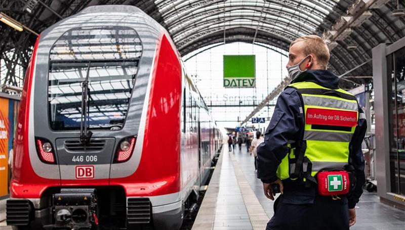 Menschen ergreifen Hygienemaßnahmen am Frankfurter Hauptbahnhof