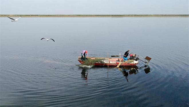 Landschaft des Bostan-Sees in Chinas Xinjiang
