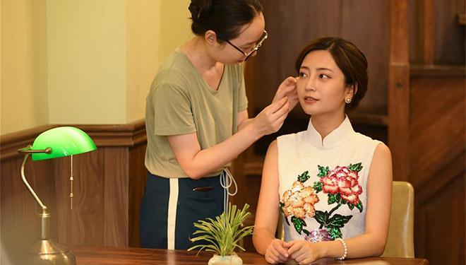 Bildergeschichte: Cheongsam-Designer vereint traditionellen Stil mit modernem Geschmack