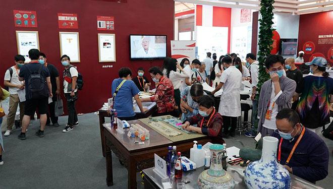 Experte für kulturelle Relikte demonstrieren Restaurierungstechnik während der CIFTIS 2020 in Beijing