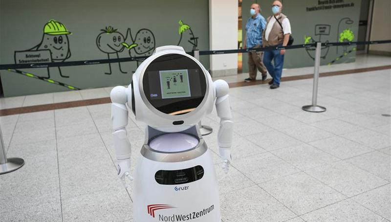 Intelligenter Roboter zur Erklärung der COVID-19-Präventionsmaßnahmen in Einkaufszentrum in Frankfurt eingesetzt