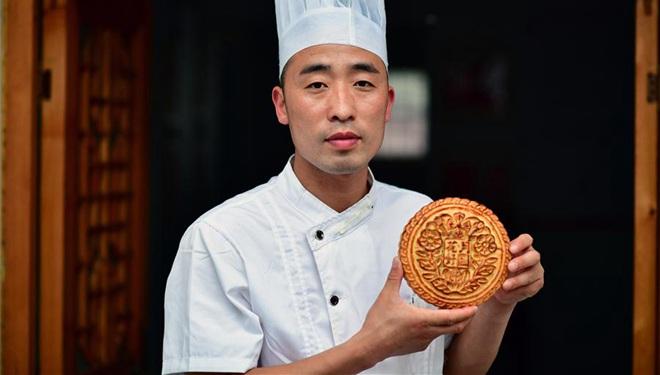 Chefkoch macht Mondkuchen in Bäckerei mit über 160-jähriger Geschichte