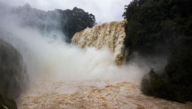 Ansicht des Wasserfalls Huangguoshu in Chinas Guizhou