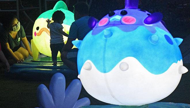 Laternen während Feierlichkeiten zum bevorstehenden Mittherbstfest in Singapur installiert