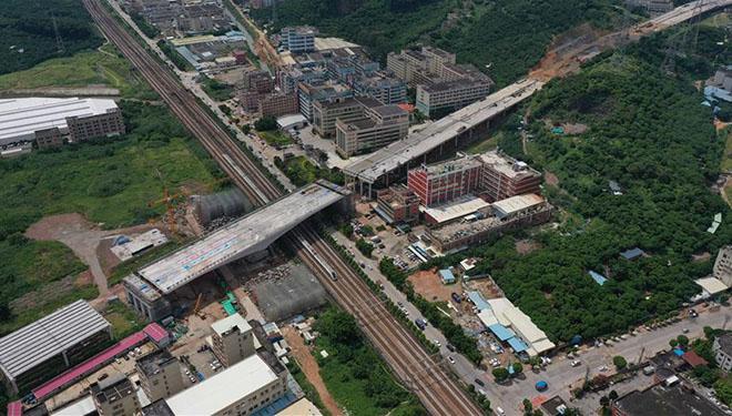 Drehbrücke über Guangzhou-Shenzhen-Eisenbahn erfolgreich in Zielposition gedreht