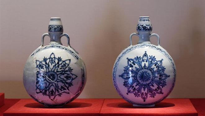 Ausstellung mit Porzellanwaren der Ming-Dynastie im Palastmuseum von Beijing veranstaltet