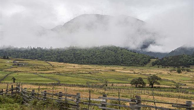 Ansicht der Gemeinde Lunang in Nyingchi von Chinas Tibet