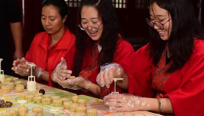 Chinesen bereiten Mondkuchen für das Mittherbstfest zu