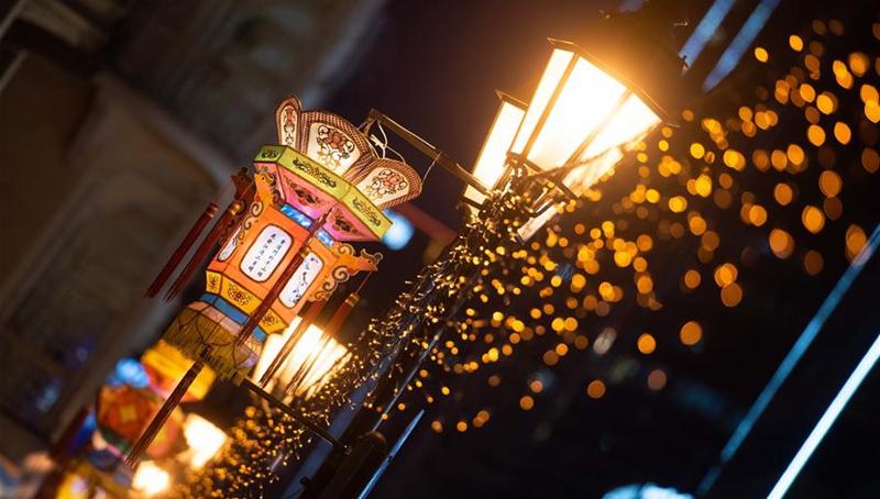 Macau sind mit Beleuchtungen zu Mittherbstfest und Nationalfeiertagen geschmückt