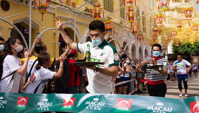 Wettlauf mit Tablett zur Feier des Welttourismus in Macau abgehalten