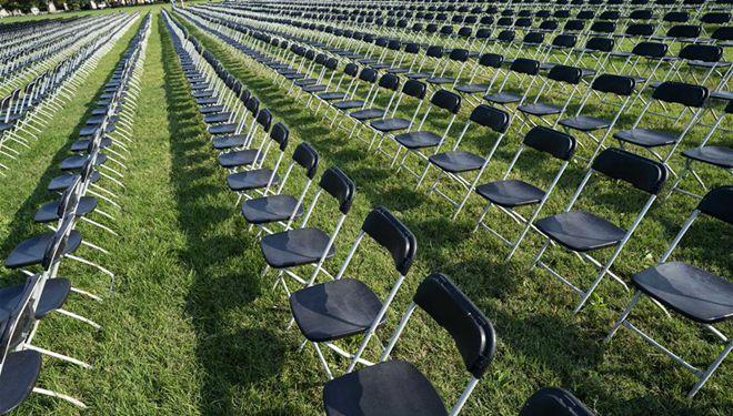 Leere Stühle in Washington zum Gedenken an mehr als 200.000 Corona-Opfer in den USA