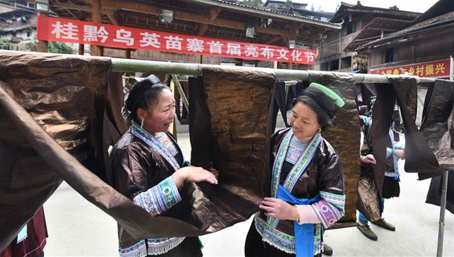 """Frauen nehmen an """"Liang Bu""""-Messe im Dorf Dangjiu in Südchina teil"""