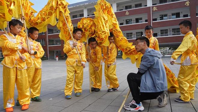 Chinesischer traditioneller Drachentanz an Grundschule in Jiangxi unterrichtet