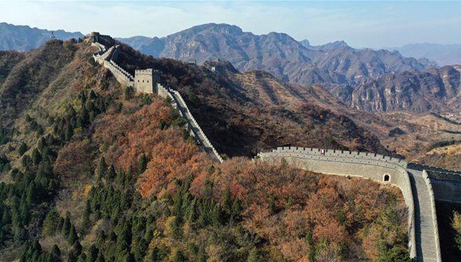 Herbstlandschaft des Taipingzhai-Abschnitts der Großen Mauer