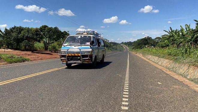 Eine von China gebaute Straße zwischen Uganda und Kenia nimmt Betrieb auf
