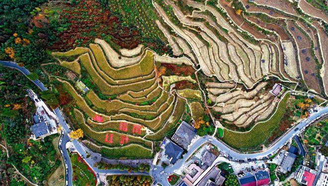 Herbstlandschaft des Dorfes Zhinan in Hangzhou