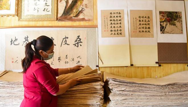 Immaterielles Kulturerbe Chinas: Handwerker in Xinjiang stellen Papier aus der Rinde des Maulbeerbaumes her