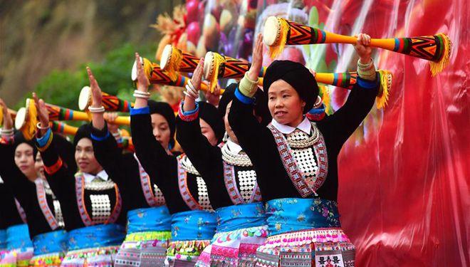 Menschen der ethnischen Gruppe Yao treten während des Erntefestivals in Guangxi auf