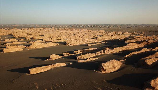 Windgepeitschte Felsformationen im Geopark in Dunhuang
