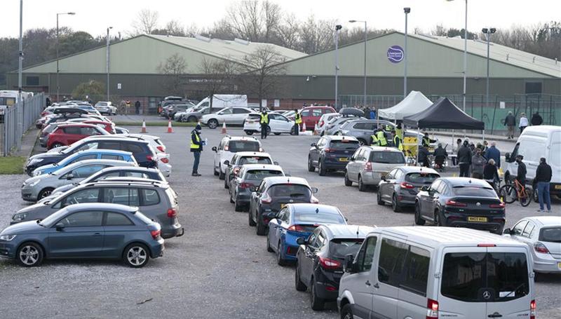 Einwohnern stehen für die ersten COVID-19-Massentests in Großbritannien an