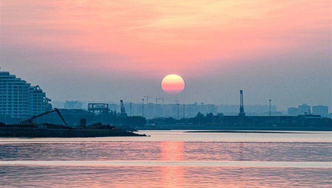 Sonnenuntergangslandschaft in Haikou-Bucht in Hainan