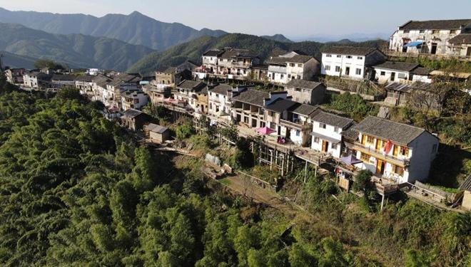 """Ansicht der """"Weiler auf der Wolke"""" mit über 400-jähriger Geschichte in Anhui"""