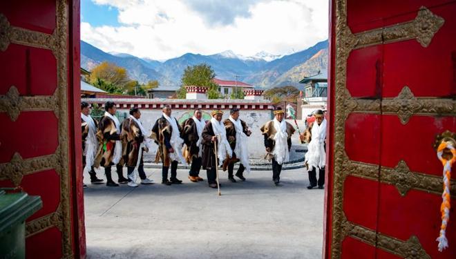 Tibeter feiern Gongbo-Neujahr vund verehren Göttin der Ernte