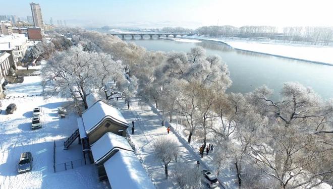Landschaft der mit Raureif bedeckten Bäume entlang des Mudanjiang-Flusses in Nordostchina