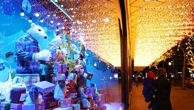 In Bildern: Kaufhaus-Weihnachtsfenster in Paris während der COVID-19-Pandemie
